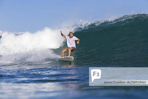 Indonesien  Bali  Surfer auf Welle