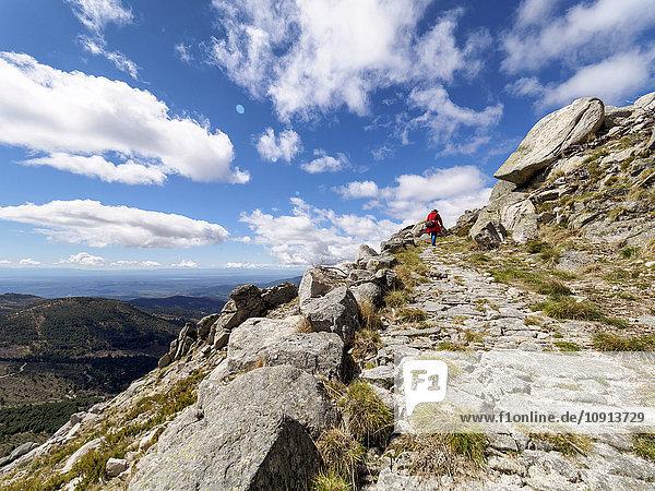Spanien  Sierra de Gredos  Mann beim Wandern in den Bergen