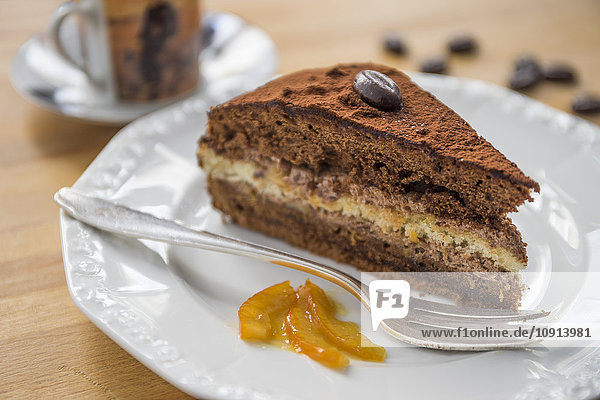 Stück Schokoladenkuchen mit Orangenmarmelade auf Teller