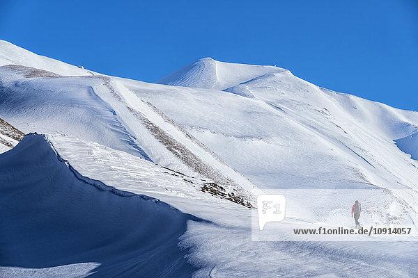 Italien  Umbrien  Sibillini Nationalpark  Wanderer am Berg Vettore im Winter