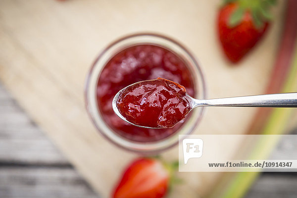 Glas hausgemachte Erdbeer-Rhabarber-Konfitüre