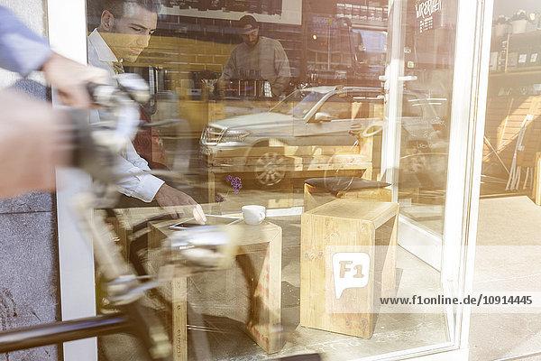 Geschäftsmann mit digitalem Tablett im Cafe Geschäftsmann mit digitalem Tablett im Cafe