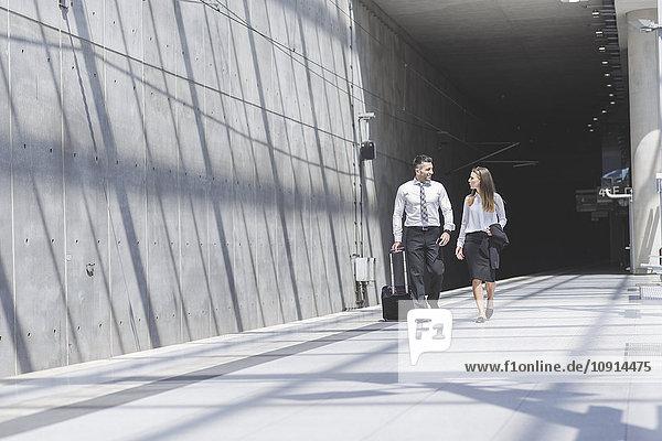 Geschäftsmann und Geschäftsfrau unterwegs