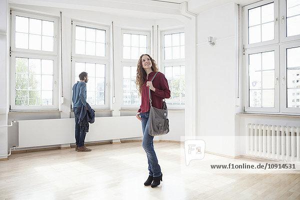 Paar schaut sich in leerer Wohnung um