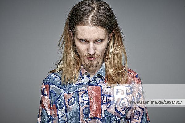 Bildnis eines jungen Mannes mit langen blonden Haaren und Bart