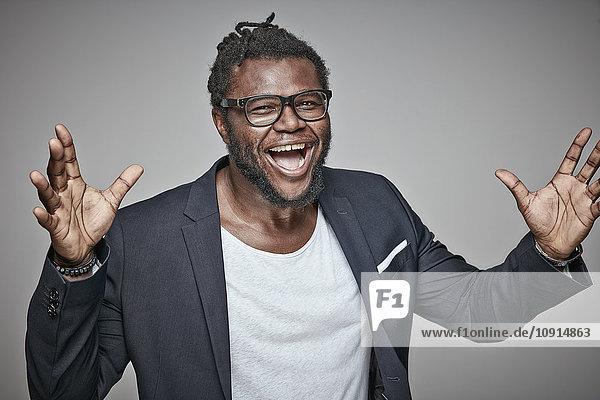 Porträt eines lachenden Mannes mit Brille und Jacke