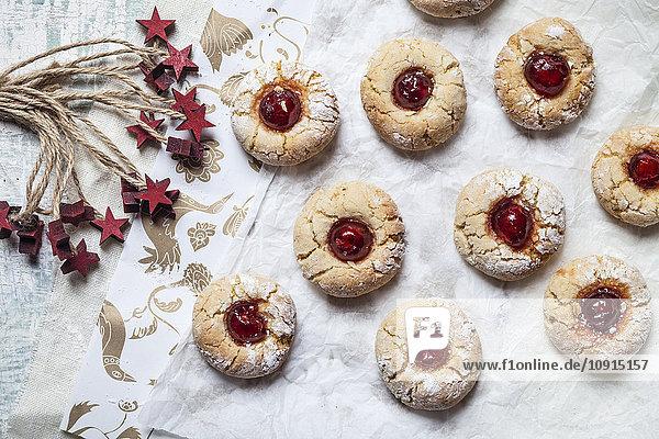 Hausgemachte Weihnachtsplätzchen  Daumenabdruckplätzchen  saisonale Dekoration
