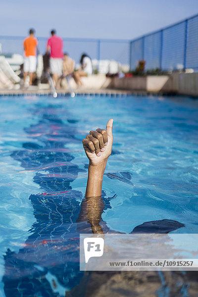 Hand eines Jungen im Schwimmbad