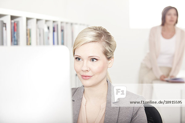 Porträt der Geschäftsfrau am Schreibtisch im Büro
