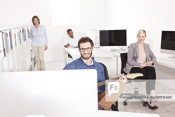 Kollegen beim Ausruhen im Büro