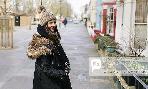 UK  London  Notting Hill  Porträt einer lächelnden jungen Frau UK, London, Notting Hill, Porträt einer lächelnden jungen Frau