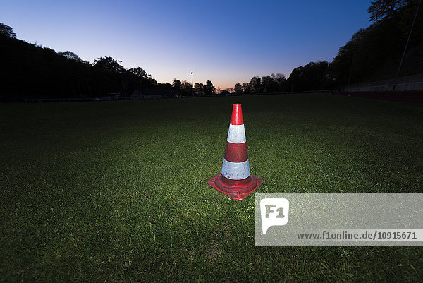 Deutschland  Verkehrswarnkegel auf einem Fußballplatz