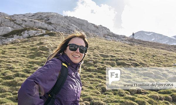 Spanien  Asturien  Somiedo  lächelnde Frau beim Bergwandern