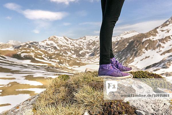 Spanien  Asturien  Somiedo  Beine einer Frau in den Bergen
