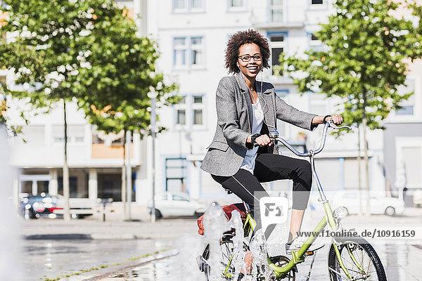 Porträt einer lächelnden Frau auf dem Fahrrad