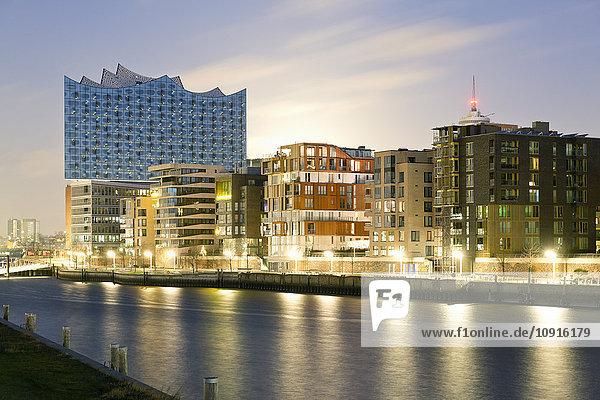 Deutschland  Hamburg  Hafencity  Grasbrook Hafen mit Elbphilharmonie am Abend