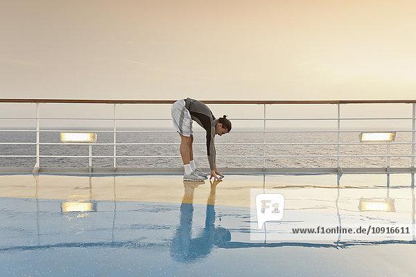 Junger Mann bei Übungen auf einem Schiffsdeck  Kreuzfahrtschiff  Mittelmeer