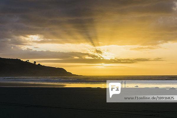 Silhouette von zwei Personen am Strand bei Gegenlicht