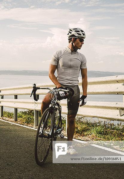 Radfahrer mit seinem Rennrad am Abend