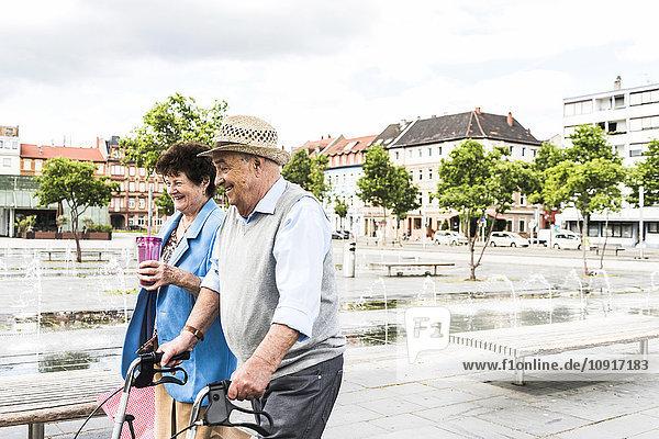 Deutschland  Mannheim  glückliches Seniorenpaar mit Rollator