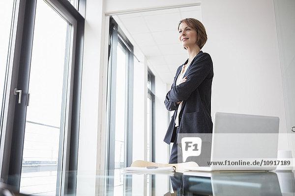 Zuverlässige Geschäftsfrau im Bürodenken