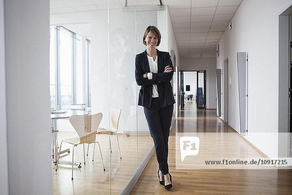 Porträt einer selbstbewussten Geschäftsfrau in der Bürohalle