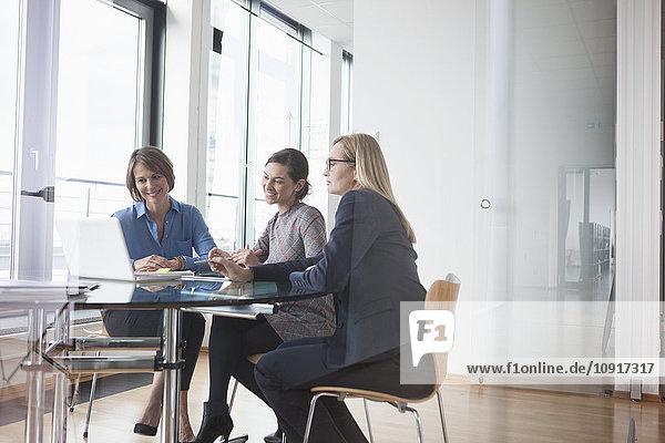 Drei Geschäftsfrauen auf dem Laptop