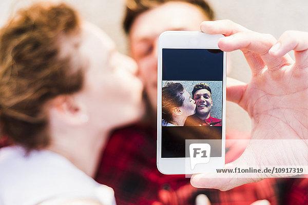 Selfie des jungen Paares im Liegen