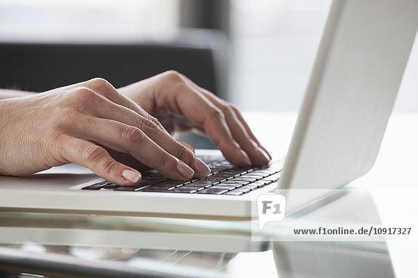 Nahaufnahme der Frauenhände mit dem Laptop