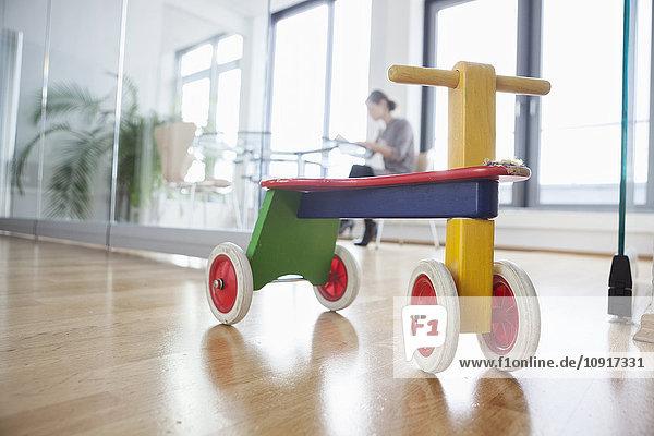 Spielzeug im Büro mit Frau im Hintergrund