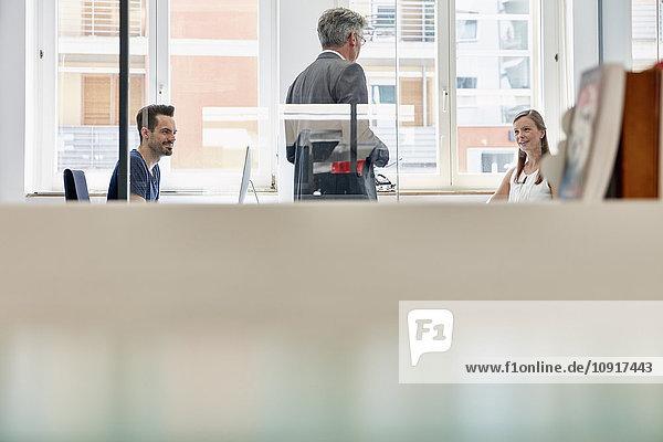 Manager im Gespräch mit seinen Mitarbeitern im Büro