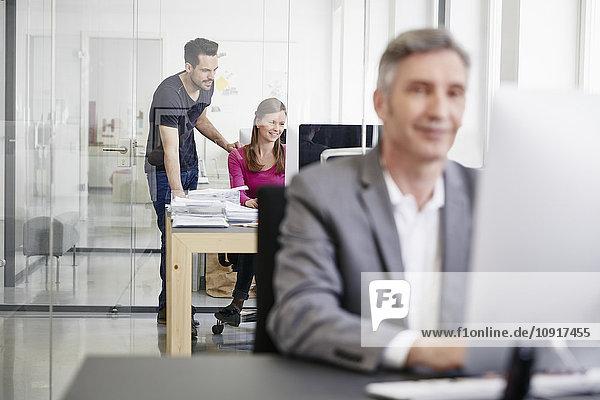 Reife Kaufleute und Mitarbeiter  die im Büro arbeiten