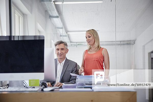 Geschäftsmann und Kollege bei der Zusammenarbeit im Büro