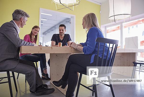 Geschäftsleute bei einer Besprechung im Sitzungssaal