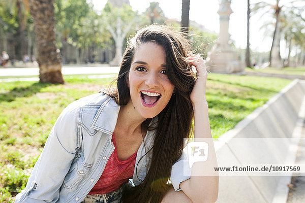 Glückliche junge Frau im Park  Portrait