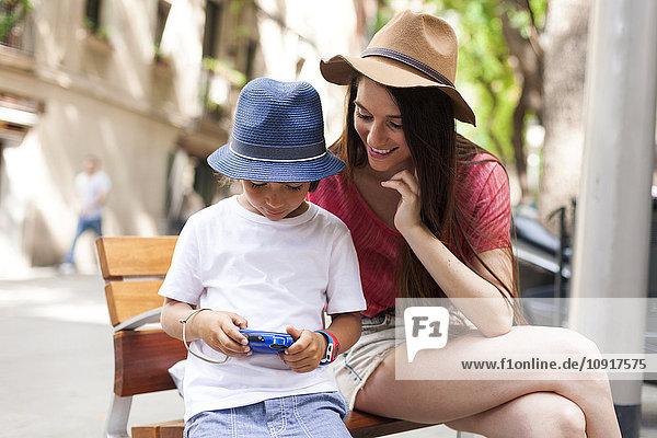 Mutter und Sohn beim Fotografieren in der Stadt