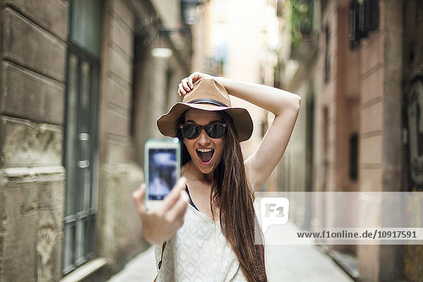 Junge Touristen,  die die Straßen Barcelonas erkunden,  sich selbst kennenlernen