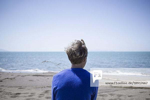 Rückansicht der Frau vor dem Meer