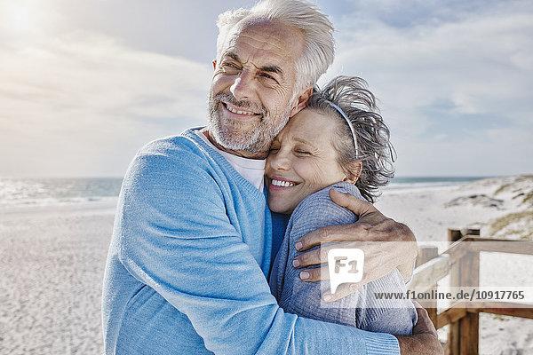 Porträt eines Paares am Strand