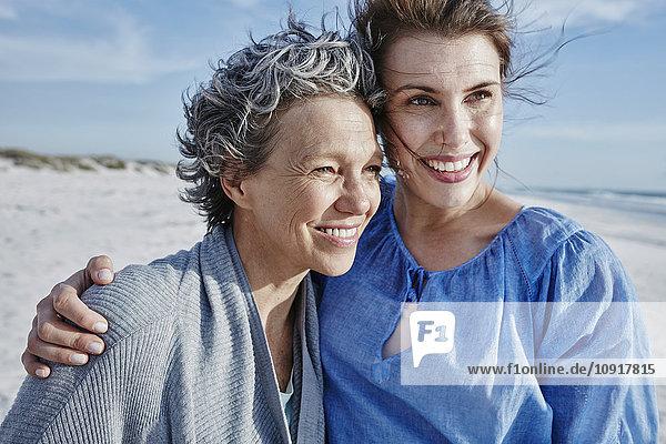 Porträt der Mutter und ihrer erwachsenen Tochter am Strand