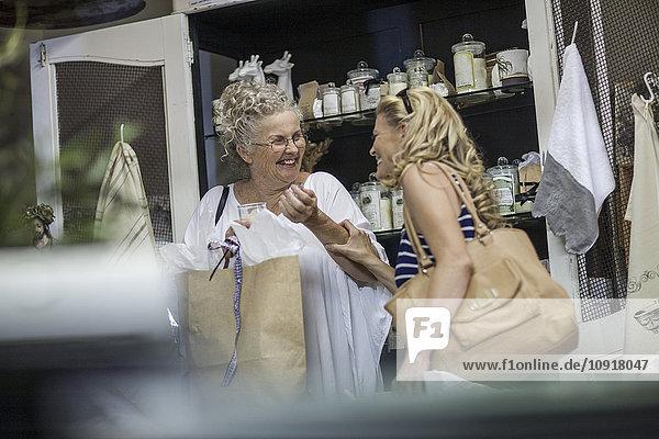 Zwei Frauen beim Einkaufen im Vintage Store