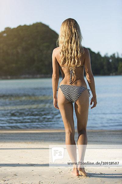 Thailand  Frau am Strand stehend