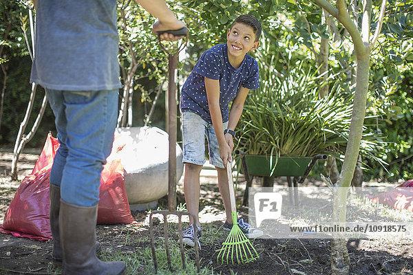 Vater und Sohn arbeiten zusammen im Garten