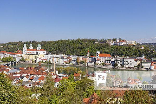 Deutschland  Bayern  Niederbayern  Passau  Blick auf den Stephansdom und die Veste Oberhaus  Innstadt und den Inn
