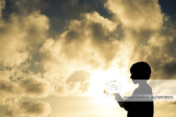 Junge fängt die Sonne ein