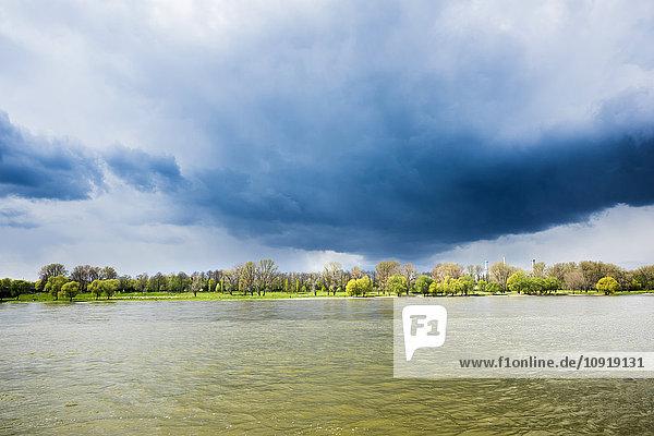 Deutschland  Nordrhein-Westfalen  Rheinufer und Gewitterstimmung