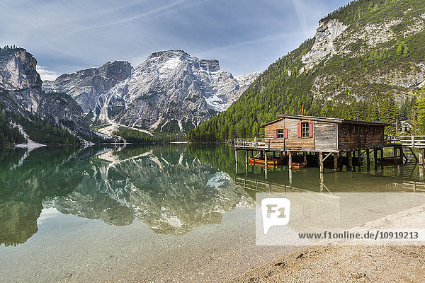 Italien  Südtirol  Dolomiten  Naturpark Fanes-Sennes-Prags  Pragser See mit Seekofel  Bootshaus