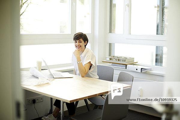 Porträt der lächelnden Architektin in ihrem Büro
