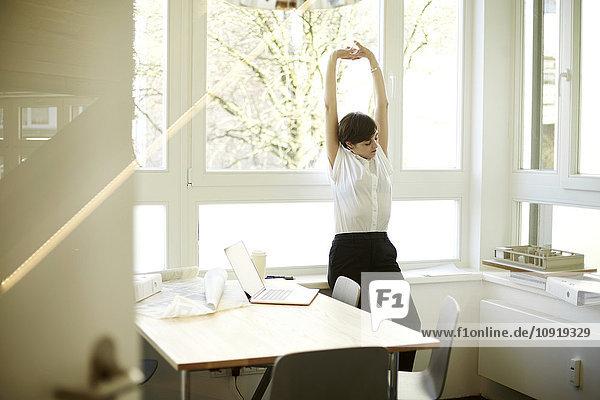 Frau beim Stretching in ihrem Büro