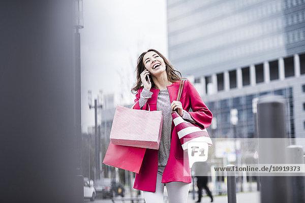Junge Frau in der Stadt mit dem Handy